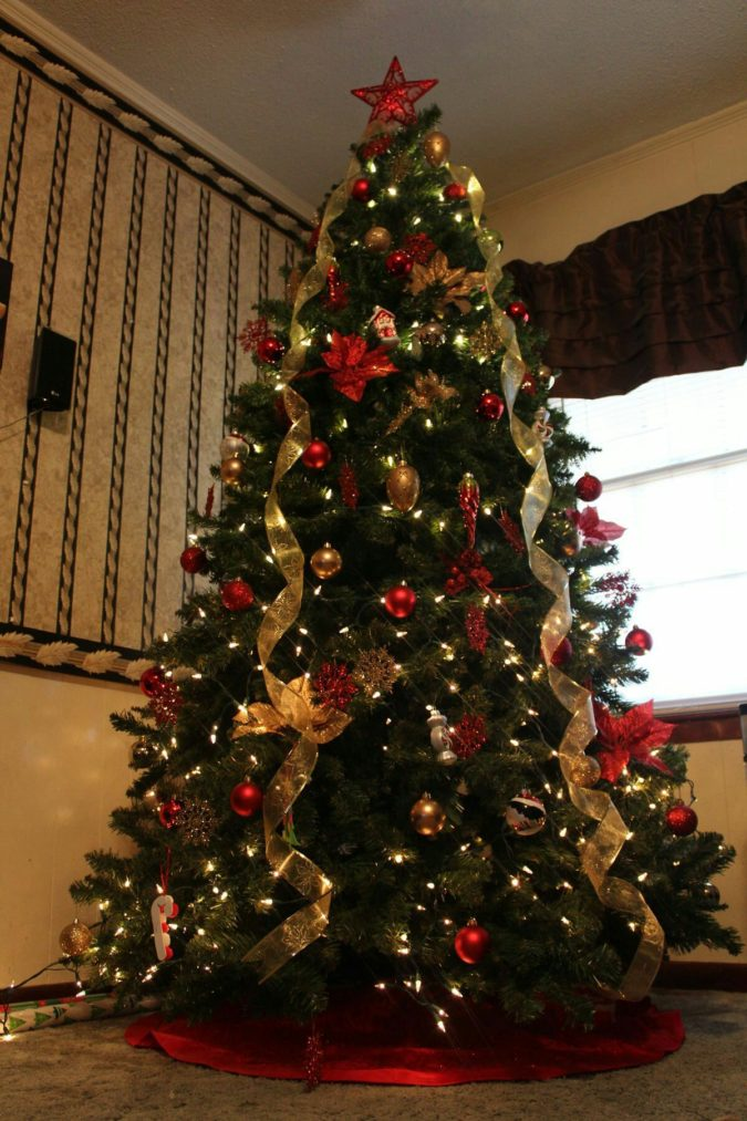 hang-christmas-lights-vertically.-2-675x1013 60+Untraditional Christmas Decorations to Transform Your Home Look This Year