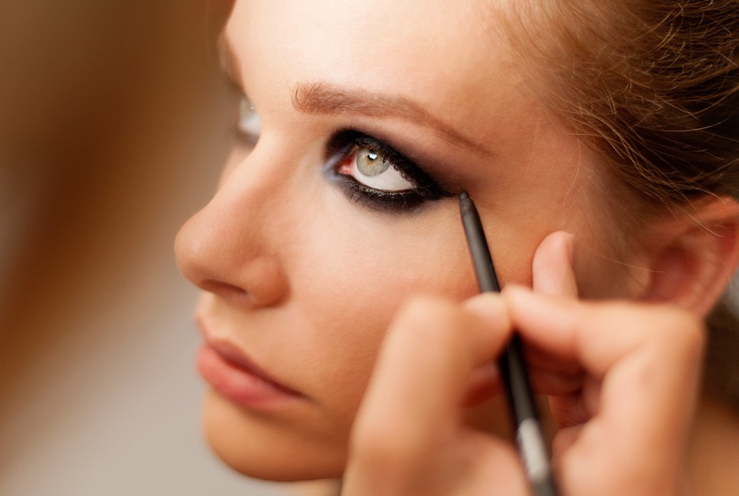 The-dark-and-heavy-eyeliner-1 Biggest 10 Fashion Mistakes Instantly Age You