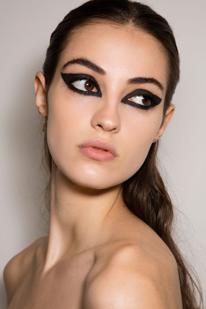The-dark-and-heavy-eyeliner-2-675x1013 Biggest 10 Fashion Mistakes Instantly Age You