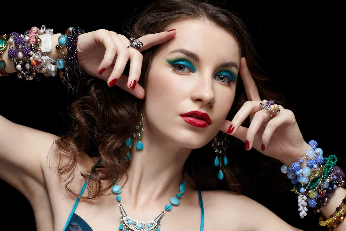 Wearing-lots-of-jewelry-2 Biggest 10 Fashion Mistakes Instantly Age You