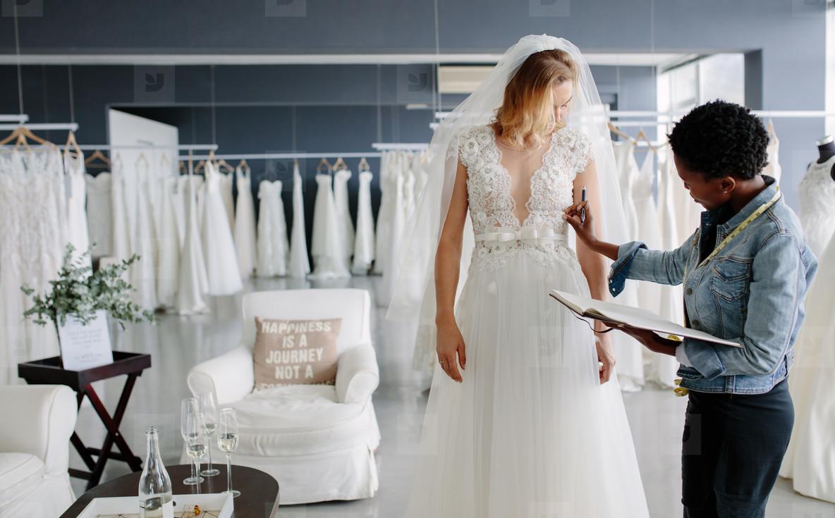 bridal-stylist-1 Wedding Dress Shops near Me: 10 Tips for Wedding Dress Shopping
