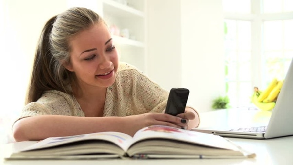 using-phone-while-studying 10 Tips to Design the Study Space Perfectly