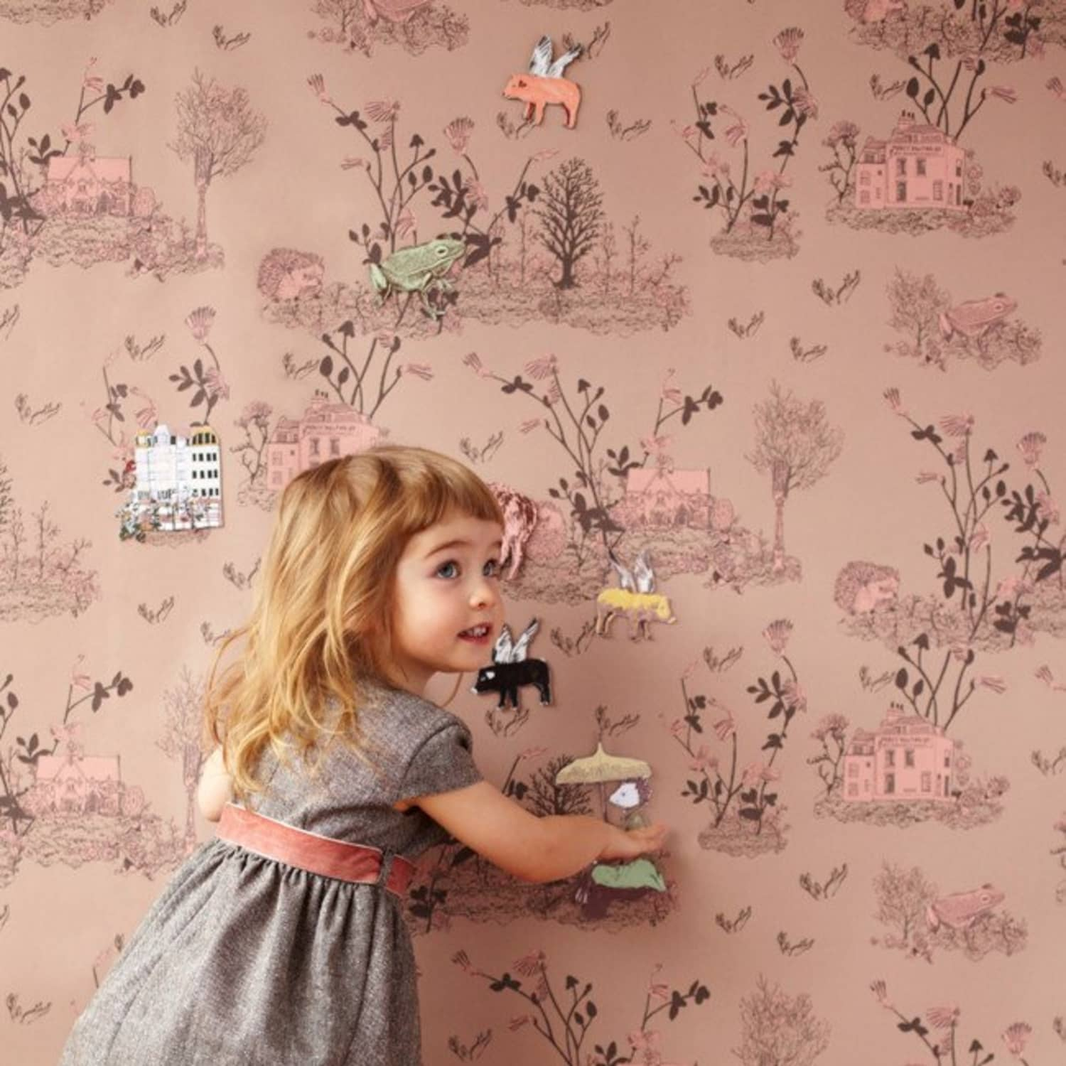 child-decorate-their-own-wallpaper 10 Cute Ways to Use Removable Wallpaper for Your Kid's Bedroom